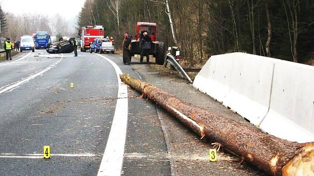 Dřevorubcům se u Krásného Jezu skutálel z lesa poražený strom přímo na hlavní silnici mezi Karlovými Vary a Plzní. Zasáhl tady projíždějící auto, které skončilo po nárazu na střeše.