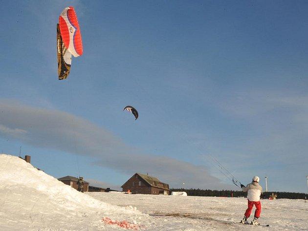 Příjemné sobotní  počasí využili také milovníci snowkitingu na Božím Daru.