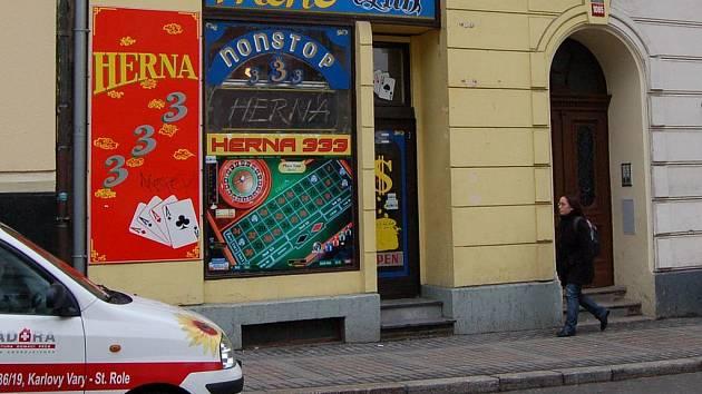 I v Jaltské ulici jsou herny. Ty jsou v blízkosti státního zastupitelství, které je státním orgánem. Podle ministerstva financí v jeho sousedství nesmí být herna ale do sto metrů.