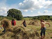 Skupina studentů z několika zemí pomáhá v Nežichově na Karlovarsku s obnovou stezky sv. Blažeje