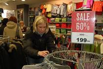 A TO SE VYPLATÍ. Počkat si na povánoční slevy má své finanční výhody. Mnohde je zboží zlevněno až o šedesát procent. Zákazník už ale nemusí sehnat svou velikost.