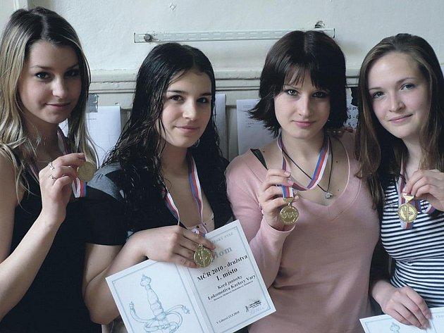 Šampionky. Družstvo Lokomotivy, které o víkendu vybojovalo titul juniorských mistryň republiky. Zleva jsou Tereza Rubešová, Lucie Hornová, Petra Myšková a Natálie Ondráčková.
