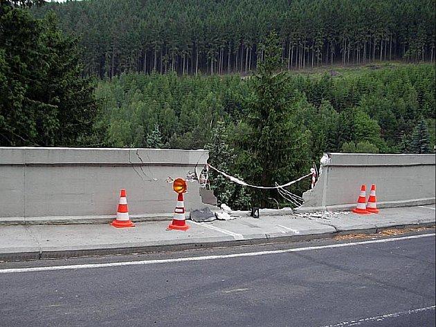 Devatenáctiletá řidička nezvládla na přehradě v Březové svůj vůz. Auto prorazilo zábradlí a spadlo do hloubky dvanácti metrů. Řidička i spolujezdkyně z nehody vyvázly se zraněními.