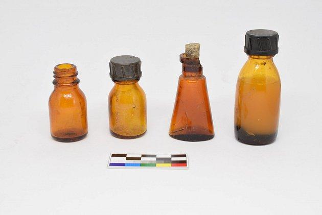 Lékovky a osobní předměty vězňů.