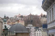POLOČAS ZLOMU. Garážovací dům, který vyrostl pod hotelem Imperial, rozčeřil debatu o tom, zda tato architektura  skutečně do centra lázní zapadá. Už jenom skelet působil na mnohé odborníky odpudivě.