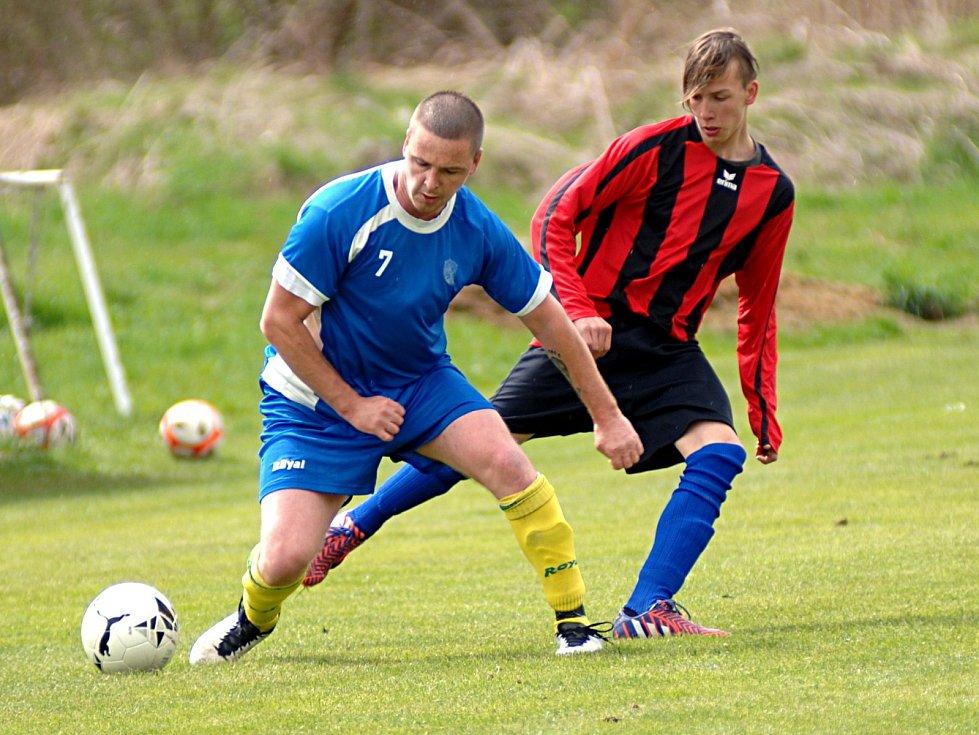 Fotbalisté Bodova (v modrém) podlehli na vlastním hřišti Lokti 2:0.
