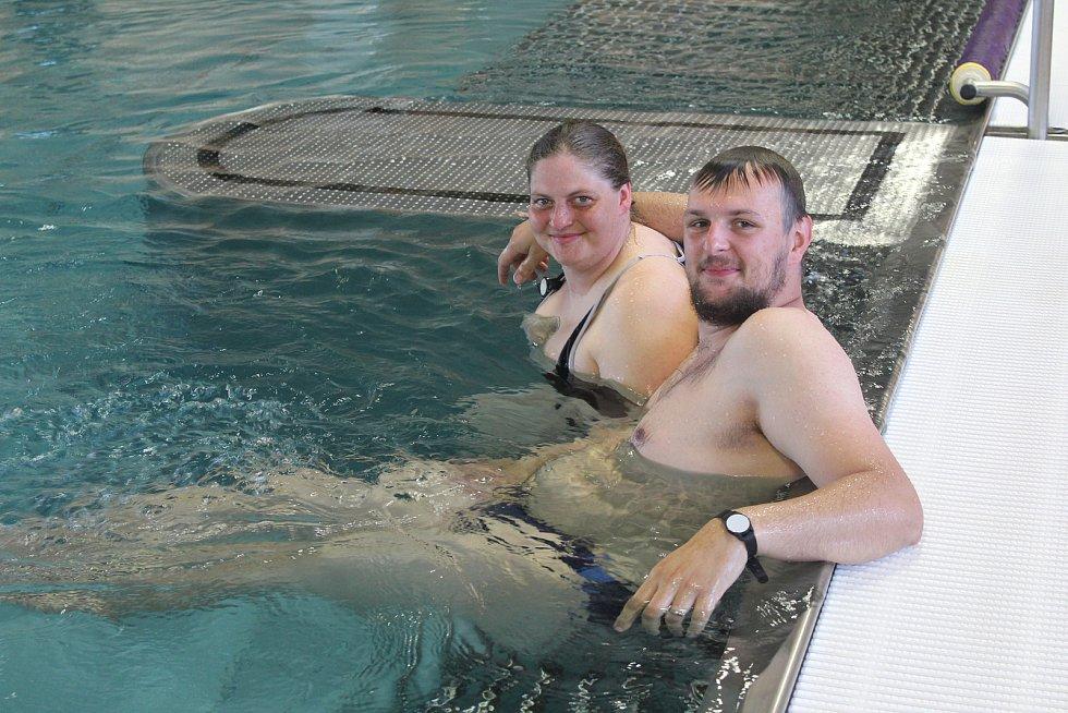 Tomáš Goga a Barbora Hromasová byli mezi prvními v bazénu.