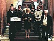 Tým, který se zasloužil o cenu Gloria Musaealis (malý snímek). Vpravo dole architekt expozice Jiří Javůrek, nahoře v červeném architektka Sylvie Bednaříková.