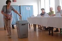 V Karlovarském kraji přicházejí lidé volit do Evropského parlamentu.