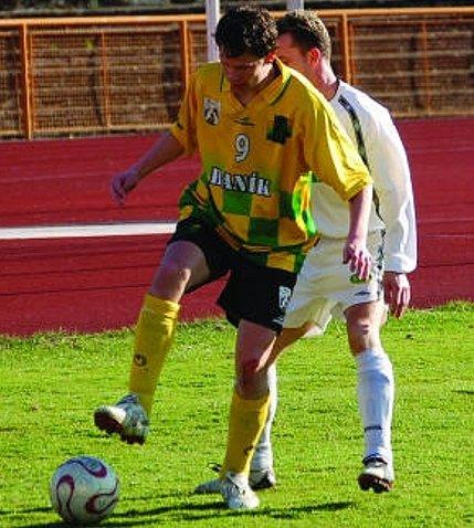 Posledním, kdo se za juniorku Baníku Sokolov v mistrovkém utkání trefil, byl útočník Beny Zucker (na snímku u míče).