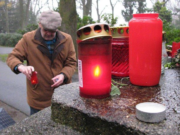 Památka zesnulých přivedla o víkendu na hřbitovy tisíce lidí.