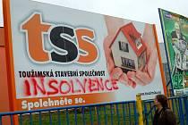Lepší časy stavební firmy připomíná už jen billboard. A kdosi ho doplnil nápisem více než výstižným. Co dodat?