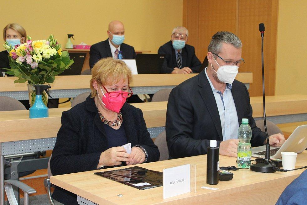 Olga Haláková už za standardním zastupitelským stolem.