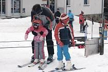 Během letošní sezony by neměli lyžaři zaplatit za vleky a další služby skiareálů větší peníze než minulý rok.