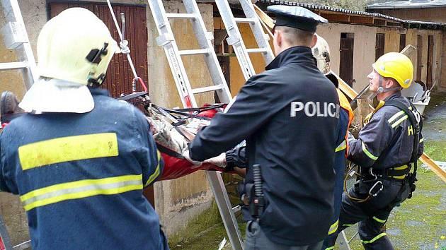 Hasiči sundavali tělo muže ze střechy garáže, na kterou spadl ze střechy domu