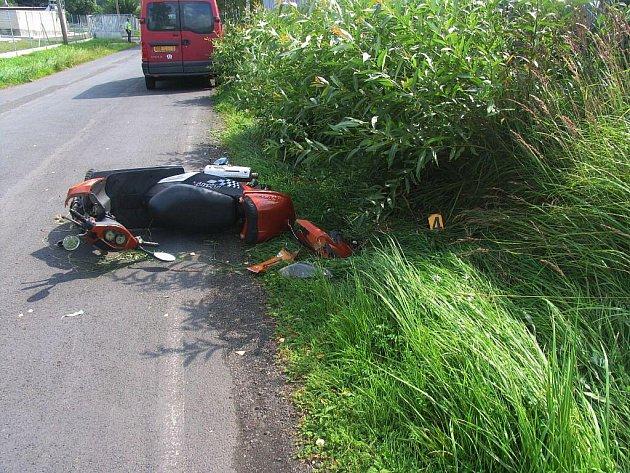 Lekla se a upadla. Skřípění brzdy polekalo ženu na malém motocyklu natolik, že strhla řídítka, a skončila mimo komunikaci. Při nehodě utrpěla lehká zranění. Jenom o pár hodin později takřka na stejném místě havaroval i čtyřiadvacetiletý muž.
