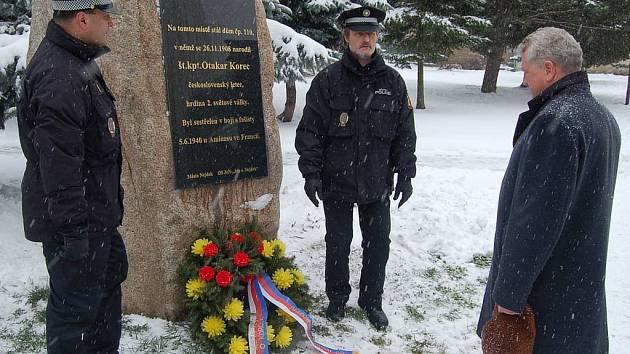 Věnec k památníku štábního kapitána Otakara Korce položil v sobotní chumelenici starosta Nejdku Vladimír Benda. Oslavy nedožitých stých narozenin letce budou pokračovat i ve středu 26. listopadu, kdy v Nejdku promítnou film Nebeští jezdci.