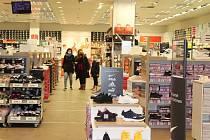 Podle ministra zdravotnictví Petra Arenbergera všechno směřujeme k tomu, aby do konce dubna bylo možno uvažovat o otevření obchodů. Nejdéle od 3. května.