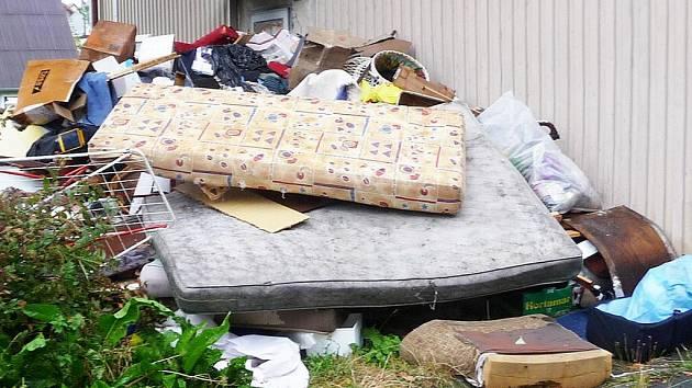 Takový nepořádek zanechali u jedné z bytovek její problematičtí nájemníci loni v létě.