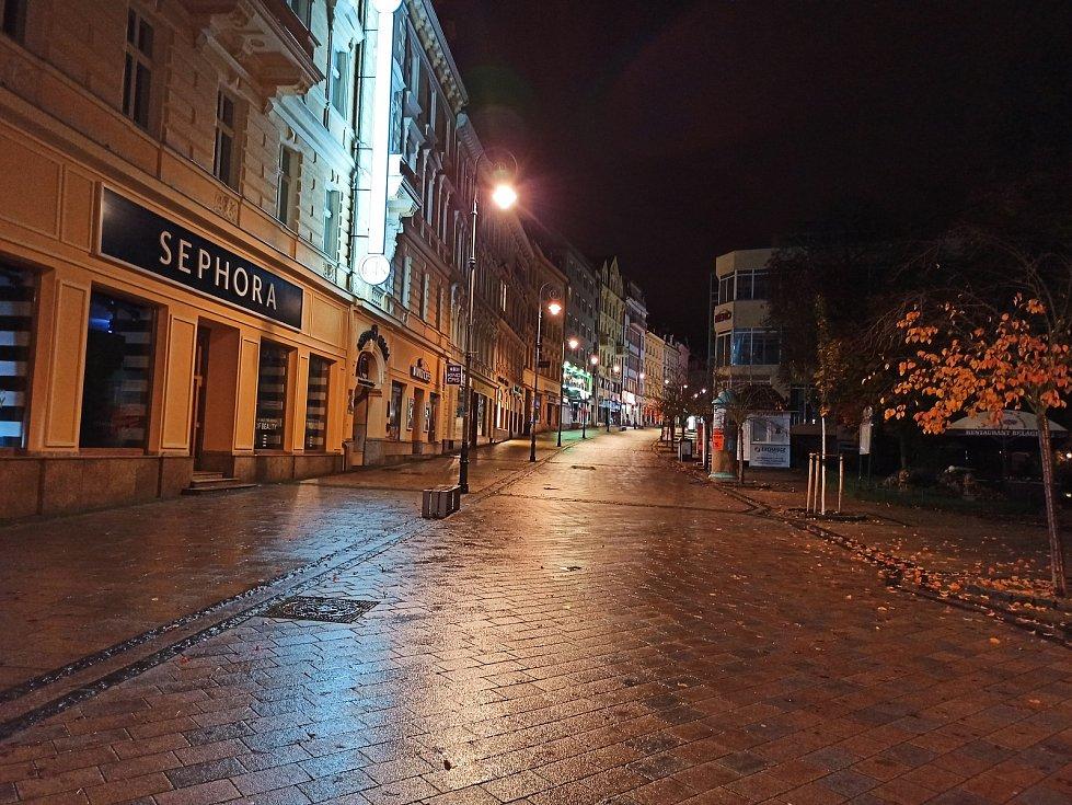 Ulice v Karlových Varech jsou po 21. hodině liduprázdné.