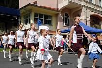 PESTRÝ PROGRAM. Letošní lázeňskou sezonu v Léčebných lázních Jáchymov zahájila nejen hudba a tanec, ale diváky potěšilo i skvělé vystoupení ostrovských mažoretek. Oslavy se konaly po celý víkend.