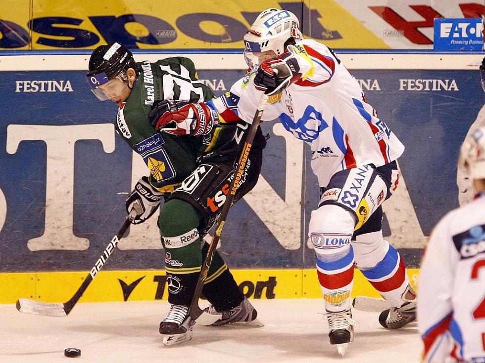 Ze zápasu 29. kola hokejové extraligy Eaton Pardubice (v bílém) - Energie Karlovy Vary (v zeleném) 3:5.