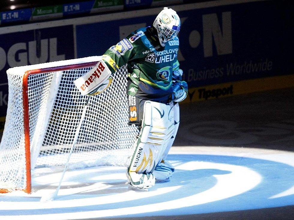 Ze zápasu 29. kola hokejové extraligy Eaton Pardubice - Energie Karlovy Vary (v zeleném) 3:5.