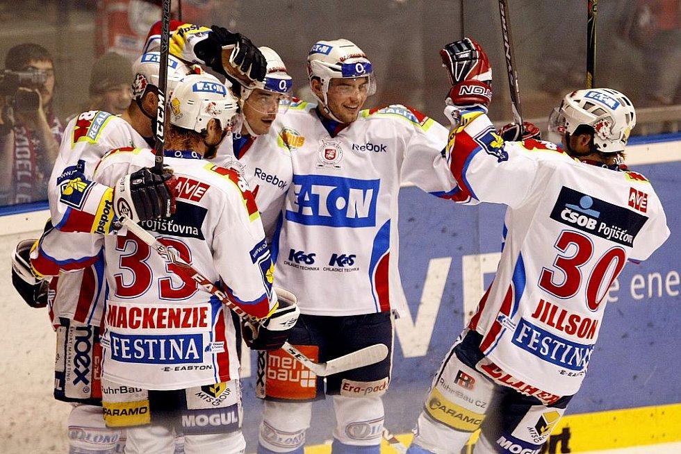 Ze zápasu 29. kola hokejové extraligy Eaton Pardubice (v bílém) - Energie Karlovy Vary 3:5.
