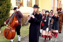 Teprve před několika lety obnovili krušnohorskou tradici také v Hroznětíně. V průvodech nechybí živá muzika.