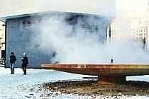ZIMNÍ VŘÍDLO. Proslulý karlovarský pramen je nyní zahalen pouze do oblaků páry a do výšky netryská. I přesto k němu míří denně návštěvníci lázeňského města.