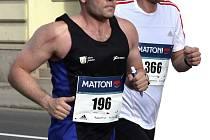 VODIČ. V letošním ročníku karlovarského Mattoni 1/2Maratonu vymění primátor města Karlovy Vary Petr Kulhánek ( v bílém) běžecké boty za ty motivační, když se zhostí premiérově role vodiče, a to s časem 1.50. Nejen běžci tak budou mít o motivaci postaráno.