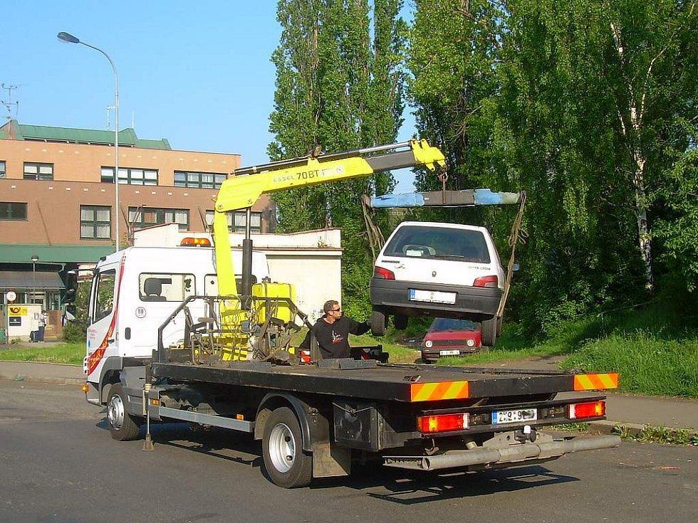 """Vozidla zaparkovaná v lokalitách, kde se má uskutečnit blokové čištění, nepříjemně brzdí jeho průběh. Od začátku dubna jich odtahová služba """"uklidila"""" na dvě stovky."""