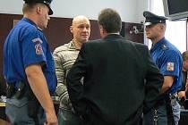 Marek Pruckl (druhý zleva) před soudem.
