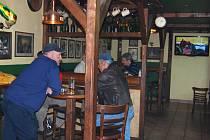 Například v pivnici Pupík se lidé tvrdého alkoholu nebojí a panáky si objednávají dále. Žádný větší úbytek tržby za lihoviny zde tak nezaznamenali.