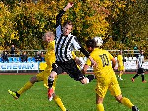 O velkou senzaci se postarali fotbalisté Mariánských Lázní (ve žlutém), když na svém hřišti šokovali vedoucí tým tabulky Admiru Praha, kterou porazili 3:0.