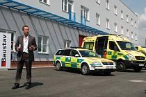 Nové sídlo. Odcházející ředitel Zdravotnické záchranné služby Karlovarského kraje Luděk Nečesaný před novou budovou. Postupně bude vybavena novými technologiemi.