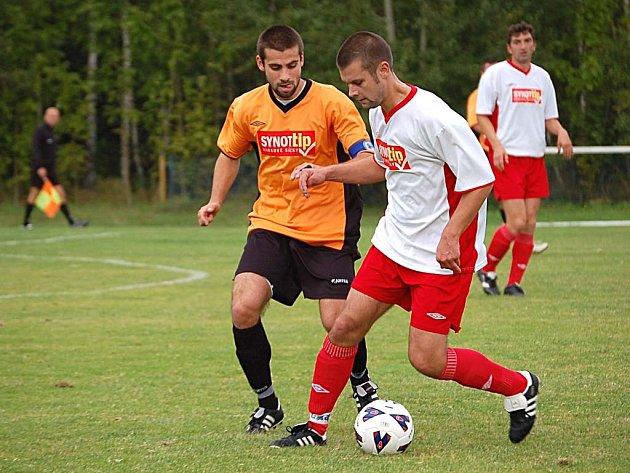 Fotbalisté FC Cheb (v bílém) jsou prvními aspiranty na sestup z krajského přeboru.