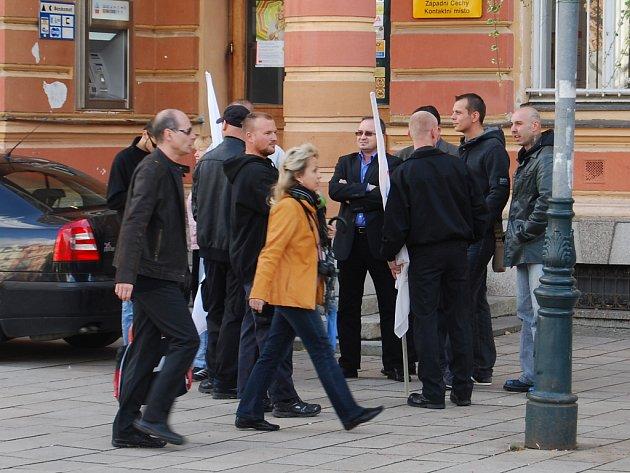 V sobotu 22. září odpoledne se konal před karlovarskou hlavní poštou předvolební mítink DSSS.