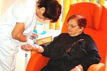 KARDIOSTACIONÁŘ v krajské nemocnici připomíná tak trochu obývací pokoj, kde mají pacienti k dispozici i televizi. O Alenu Rokosovou z Karlových Varů tady pečovala sestra Eva Drtinová.