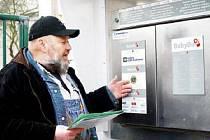 NOVÝ BABYBOX. Tvůrce myšlenky babyboxu Ludvík Hess osobně představil v Karlových Varech  jeho fungování a také poděkoval donátorům.