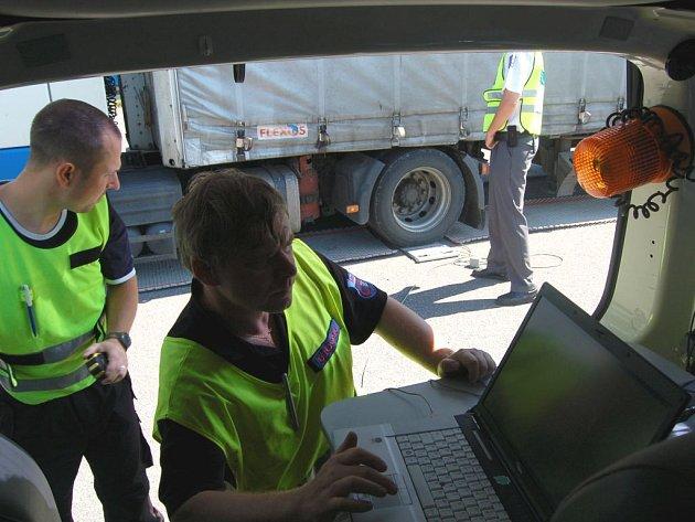 Pracovníci Centra služeb pro silniční dopravu převažovali v Dolním Žďáru kamiony.