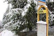 V nižších polohách to ještě není znát, ale do Krušných hor přišla zima. Napadalo tady kolem 20 centimetrů sněhu. V nejvyšších polohách by pak mohla sněhová pokrývka vydržet až do soboty. Další sníh by pak mohl v horských připadat v pondělí.