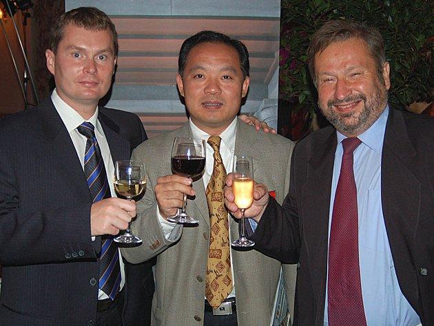 Peter Zhang Shu se svými karlovarskými partnery. Vpravo Milan Kšír, vlevo Zdeněk Sysel.