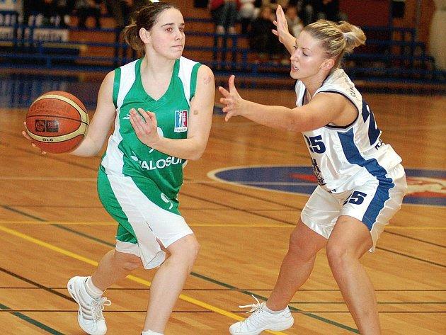 STARTUJE skupina A1. Karlovarské basketbalistky i s Katarínou Šándorčínovou (vpravo) přivítají v sobotu v lázeňském městě hráčky Valosunu Brno.