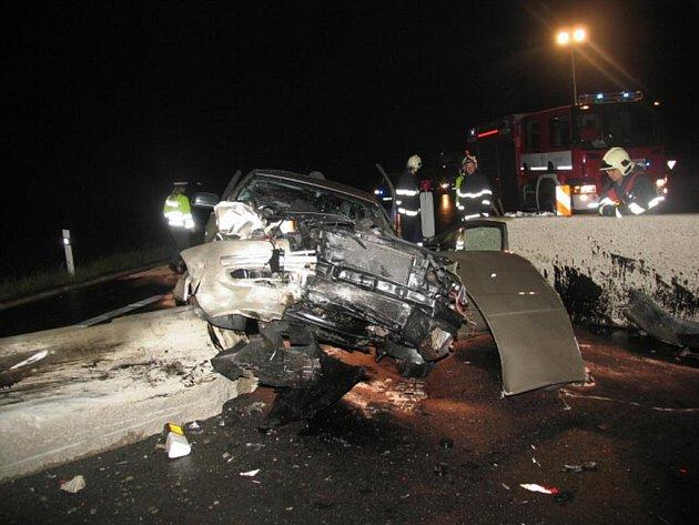 V plné rychlosti narazil do betonových svodidel u kruhového objezdu u jenišovského obchodního centra třiačtyřicetiletý řidič.