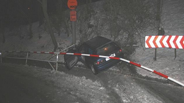 V KRADENÉM AUTĚ, navíc pod vlivem drogy, ujížděl policistům osmadvacetiletý muž z Mostu. Jeho úprk před spravedlností však skončil havárií, když v levotočivé zatáčce před viaduktem nezvládl řízení a prorazil kovové zábradlí