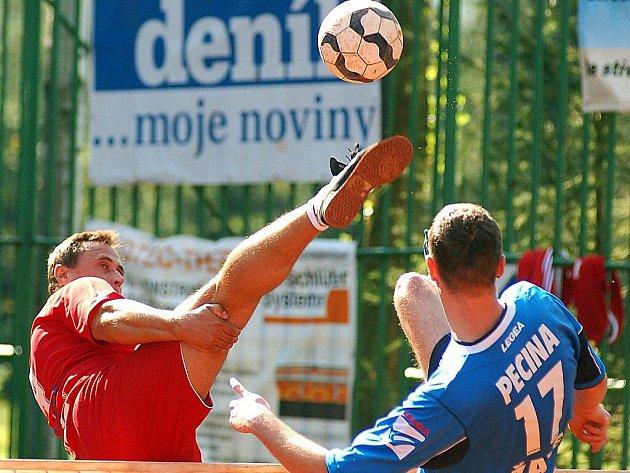 V semifinálové sérii play out nohejbalové extraligy, rozhodli svou výhrou 5:3 nad týmem SK Nohejbal Žatec (v modrém) hráči karlovarského Liaporu (v červeném) a setrvání v soutěži i pro příští ročník extraligy, když celou sérii vyhráli v poměru 3:2.