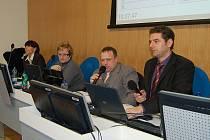 Vedení města (primátor Hauptmann úplně vpravo) čelilo na posledním jednání zastupitelstva tvrdé kritice opozice. Přesto velká část projednávaných bodů hladce prošla.