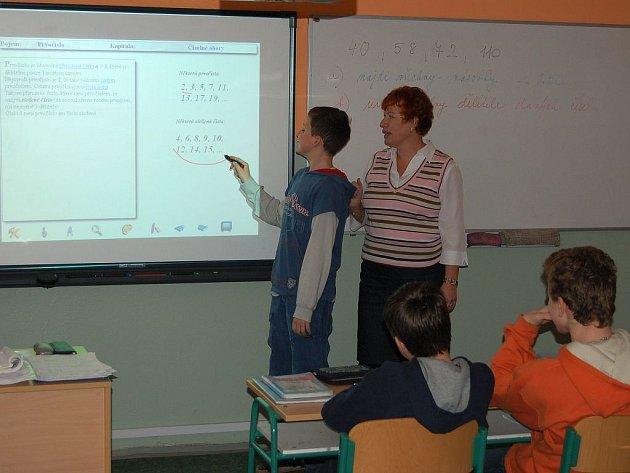 Z TEORIE DO PRAXE. Vědomosti, které žáci ostrovského gymnázia získají v rámci vyučování (na snímku hodina matematiky Alexandry Šusterové), mohou nyní využít při vypracovávání projektu ekologického domu.