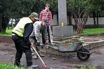 Veřejné práce. Aby při aktuální nezaměstnanosti lidé získali zvýšení příspěvku v hmotné nouzi, snaží se jim města a obce pomáhat formou práce ve veřejných službách.